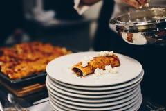 Женщина подготавливая очень вкусные мексиканские энчилада стоковое фото