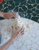 Женщина подготавливая тесто хлеба Стоковая Фотография