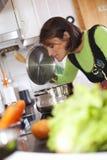 Женщина подготовляя еду на кухне Стоковое Изображение RF