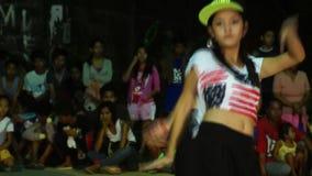 Женщина подростка в утесе и бесстрашном костюме соединила состязание танца видеоматериал