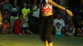 Женщина подростка в утесе и бесстрашном костюме соединила состязание танца акции видеоматериалы
