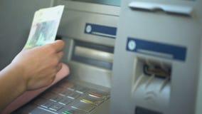 Женщина подсчитывая русские рубли разделенные от ATM, кладя получает внутри розовый бумажник наличными сток-видео