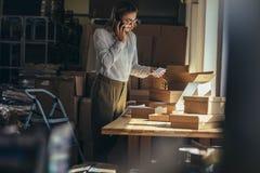 Женщина подтверждая заказ по телефону стоковое фото rf