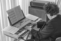 Женщина пожилых людей играет рояль в марше свадьбы в черно-белом выставка Мичигана американского автоматического обратимого detro стоковое изображение rf