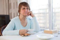 женщина пожилых людей кофейной чашки Стоковые Изображения RF