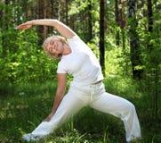 Женщина пожилых людей практикует йогу Стоковое Изображение
