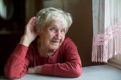 женщина пожилых людей Трудно--слуха стоковое изображение