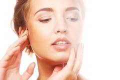 Женщина позаботить о ее сторона кожи Стоковые Изображения RF