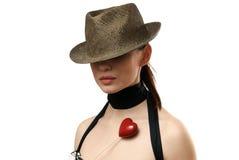 женщина показа шлема печенья сформированная сердцем нося Стоковое Изображение