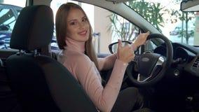 Женщина показывает большой палец руки вверх внутри автомобиля стоковые фотографии rf