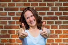 Женщина показывает 2 большого пальца руки вверх Стоковое Фото