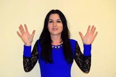 Женщина показывает ладони рук и улыбок Стоковая Фотография RF