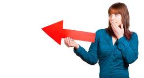 Женщина показывает правый путь с стрелкой стоковое изображение rf