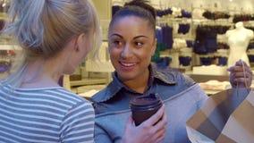 Женщина показывает чего она купила к ее другу стоковое изображение rf