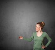 Женщина показывать с космосом экземпляра Стоковые Фотографии RF
