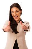 Женщина показывать успех с большими пальцами руки вверх и большой счастливой улыбкой Стоковые Фотографии RF