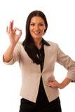Женщина показывать успех с одобренным знаком и большой счастливой улыбкой Стоковая Фотография RF