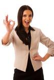 Женщина показывать успех с одобренным знаком и большой счастливой улыбкой Стоковая Фотография
