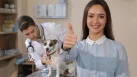 Женщина показывать хорошее качество на зооветеринарной клинике акции видеоматериалы