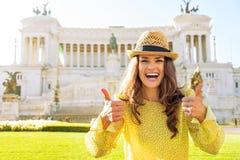 Женщина показывая большие пальцы руки вверх в Риме Стоковые Фотографии RF