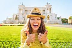 Женщина показывая большие пальцы руки вверх на venezia аркады в Риме Стоковые Фото