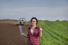 Женщина показывая большой палец руки вверх в поле стоковое фото rf