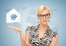 Женщина показывая виртуальный конверт стоковая фотография rf
