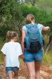 Женщина показывая ей животных дочери Стоковое фото RF