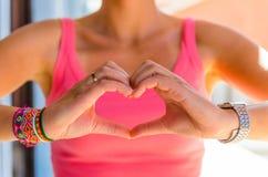Женщина показывая знак влюбленности с ее руками Стоковое Изображение