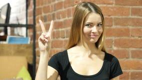 Женщина показывая знак победы, крытый акции видеоматериалы
