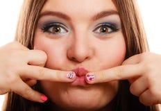 Женщина показывая дизайн сердца ногтей Стоковая Фотография RF