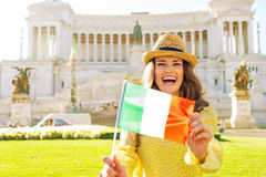 Женщина показывая итальянский флаг на venezia аркады Стоковое Изображение