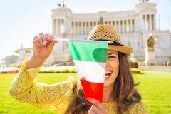 Женщина показывая итальянский флаг на venezia аркады Стоковые Изображения