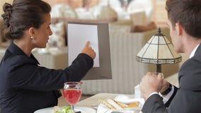 Женщина показывая контракт