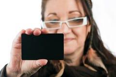 Женщина показывая кредитную карточку кредита без обеспечения Стоковое Фото