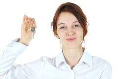 Женщина показывая ключи дома, белую предпосылку акции видеоматериалы