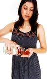 Женщина показывая пилюльки витамина Стоковые Фото