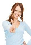 Женщина показывая победу или знак мира Стоковая Фотография
