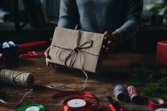 Женщина показывая подарок рождества Стоковая Фотография RF