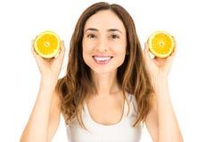 Женщина показывая половины апельсина Стоковое Изображение RF