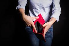 Женщина показывая пустой бумажник стоковые изображения rf