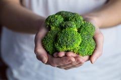 Женщина показывая свежее зеленое brocolli стоковое фото