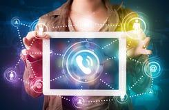 Женщина показывая социальную технологию сети с цветастыми светами Стоковые Фото
