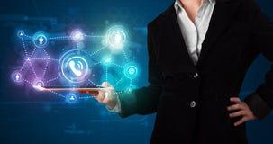 Женщина показывая социальную технологию сети с цветастыми светами иллюстрация вектора