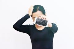 Женщина показывая сломанный smartphone с, который разбили экраном Стоковые Изображения RF