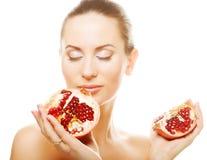 Женщина показывая усмехаться pomegranate. Стоковая Фотография