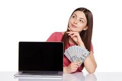 Женщина показывая экран компьтер-книжки Стоковые Изображения RF