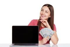 Женщина показывая экран компьтер-книжки Стоковое Изображение