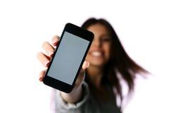 Женщина показывая экран smartphone стоковое фото rf