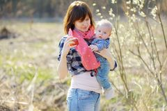 Женщина показывая яблоко к ее маленькому младенцу (фокус на руке женщины) Стоковые Фотографии RF